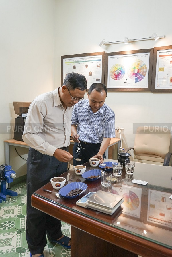 141202-cac-chuyen-gia-tien-hanh-cupping-purocafe